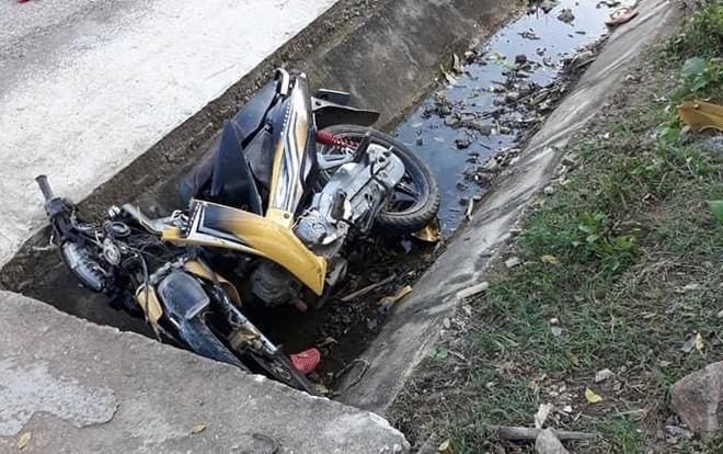 Vào thời điểm trên, Nguyễn Đình Quý (30 tuổi) điều khiển xe máy chở theo em vợ 6 tuổi lưu thông trên QL 48. Khi chạy đến đoạn qua xã Thông Thụ thì bất ngờ mất lái lao xuống mương thoát nước bên đường.