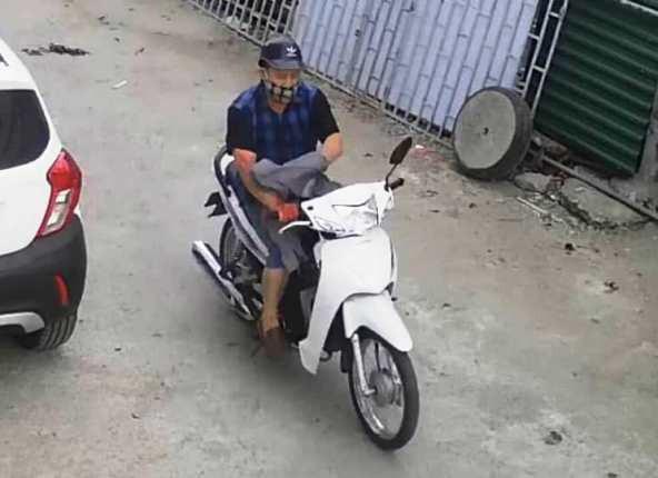 Sau khi đâm chết chị V.A, Cương điều khiển xe máy rời khỏi hiện trường (ảnh cắt từ clip)