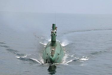 Nhà lãnh đạo Triều Tiên Kim Jong-un đứng trên tháp chuông của tàu ngầm trong một lần kiểm tra Quân đội Nhân dân Triều Tiên