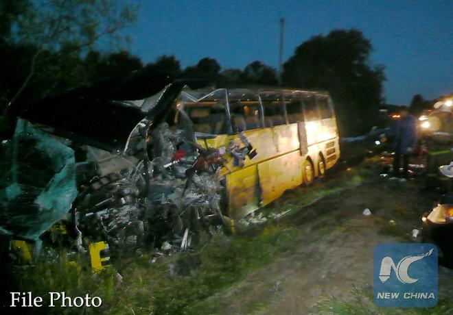 Xe buýt đâm trực diện vào xe tải