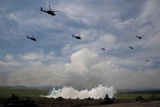 Xe tăng và trực thăng chiến đấu của Nhật Bản trong buổi tập huấn hàng năm tại trường đào tạo Higashifuji ở Gotemba, phía tây Tokyo