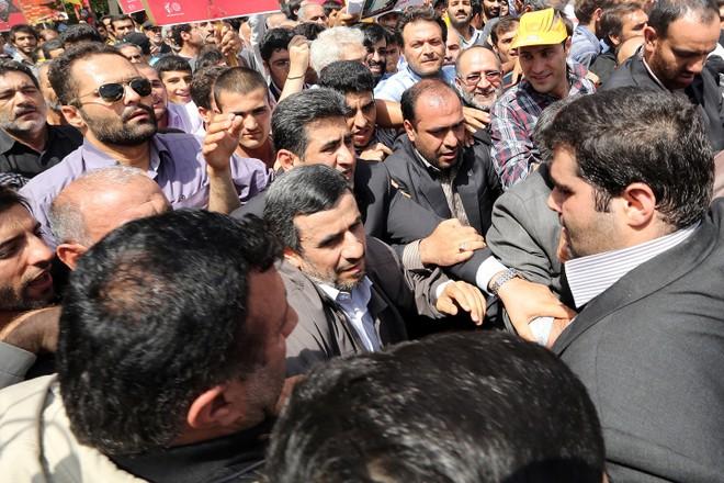 Ông Ahmadinejad bị bắt giữ trong một lần tuần hành chống chính phủ