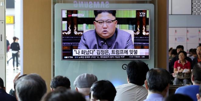 Người dân Hàn Quốc theo dõi bài phát biểu thể hiện quan điểm chính trị của nhà lãnh đạo Triều Tiên Kim Jong un