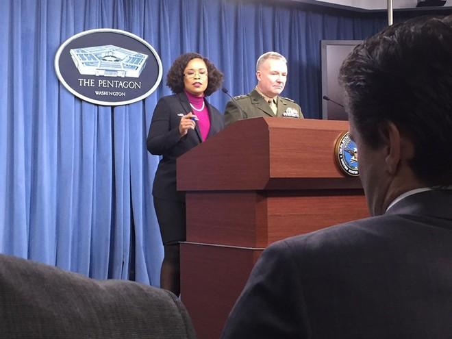 Giám đốc Ban tham mưu thuộc Kenneth McKenzie (phải) trong buổi họp báo