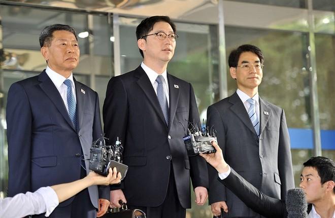 Thứ trưởng Bộ Thống nhất Chun Hae Sung (giữa)