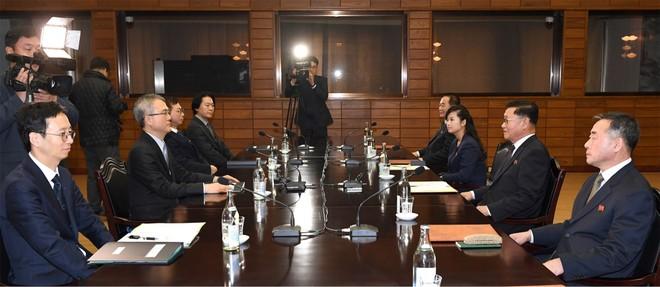 Phái đoàn Hàn Quốc (trái) và phái đoàn Triều Tiên (phải) tại buổi đàm phán cấp chuyên viên