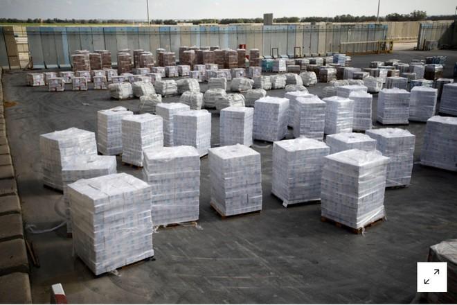 Các thùng hàng cứu trợ của UNRWA bên trong bến phà Shalom trước khi được chuyển qua dải Gaza ngày 16/1