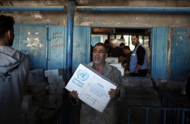 Người dân Palestine nhận hàng cứu trợ từ UNRWA