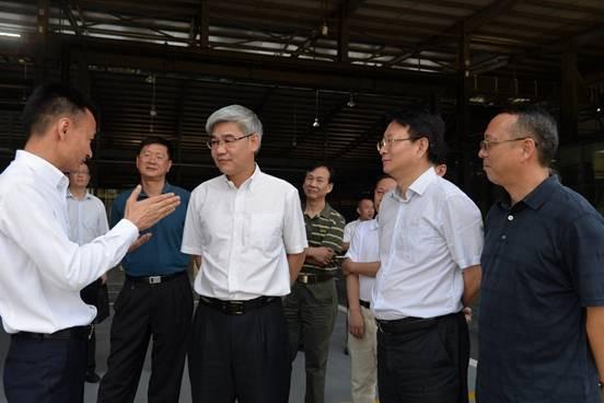 Ông Lý Di Hoàng (thứ 2 từ trái sang), trong một lần kiểm tra cơ sở