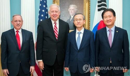Từ phải sang, Thứ trưởng Bộ Quốc phòng Suh Choo-suk; Thứ trưởng Bộ Ngoại giao Lim Sung-nam của Hàn Quốc; Thomas Shannon, trợ lý Bộ trưởng Ngoại giao về các vấn đề chính trị; và ông David Trachtenberg, đại diện thư ký quốc phòng của Mỹ tham gia hội nghị EDSCG