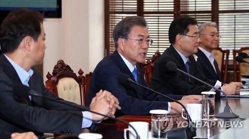 Tổng thống Moon Jae-in (thứ 2 từ trái) phát biểu trong một cuộc họp hàng tuần với các trợ lý tổng thống tại văn phòng Cheong Wa Dae ở Seoul vào ngày 22/1/2018
