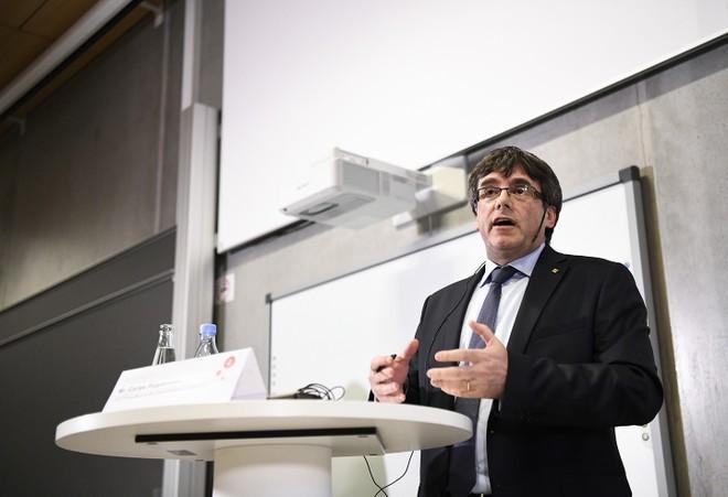 Ông Carles Puigdemont phát biểu tại buổi thảo luận về Catalonia tại Đại học Copenhagen, Đan Mạch