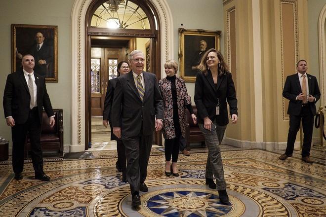 Lãnh đạo đa số Thượng viện Mỹ Mitch McConnell (trái, phía trước) sau phiên họp của Thượng viện tại Washington DC., ngày 22-1