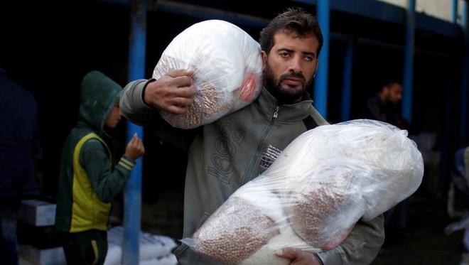 Người dân Palestin nhận viện trợ từ UNRWA