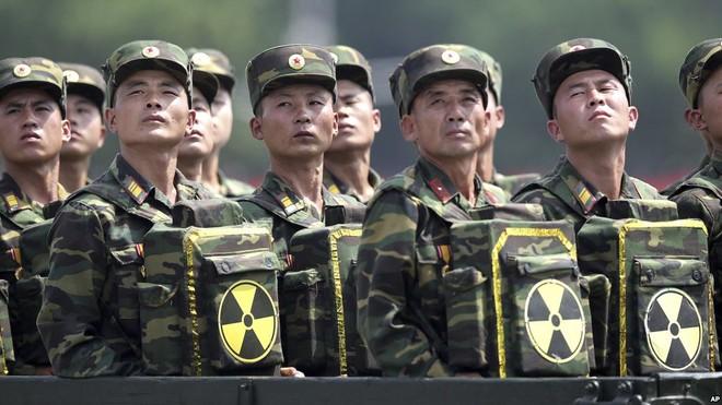 Binh lính Triều Tiên mang ba lô có biểu tượng hạt nhân trong lễ diễu binh