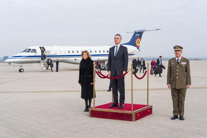 Tổng thư ký Tổ chức Hiệp ước Bắc Đại Tây Dương (NATO) Jens Stoltenberg và Bộ trưởng Quốc phòng Tây Ban Nha Maria Dolores de Cospedal Garcia trong lễ đón