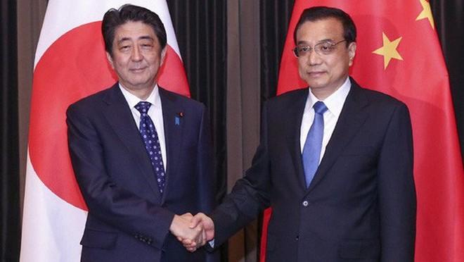 Thủ tướng Nhật Bản Shinzo Abe (trái) và Thủ tướng Trung Quốc Lý Khắc Cường trong một cuộc gặp ở Malaysia vào năm 2015