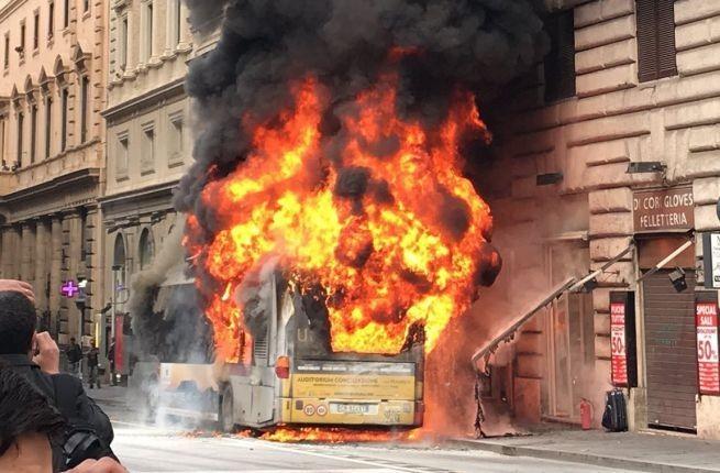 Xe buýt đang di chuyển bỗng dưng bốc cháy