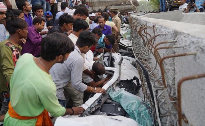 Sập cầu vượt bê tông tại Ấn Độ, 12 người thiệt mạng ảnh 2