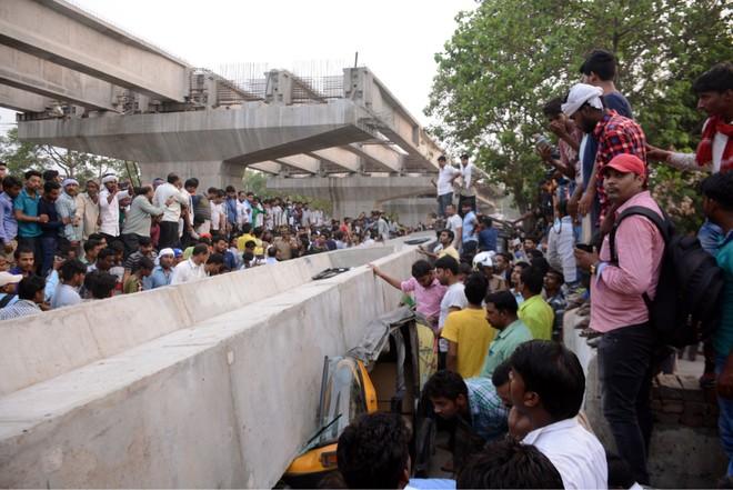 Sập cầu vượt bê tông tại Ấn Độ, 12 người thiệt mạng ảnh 1