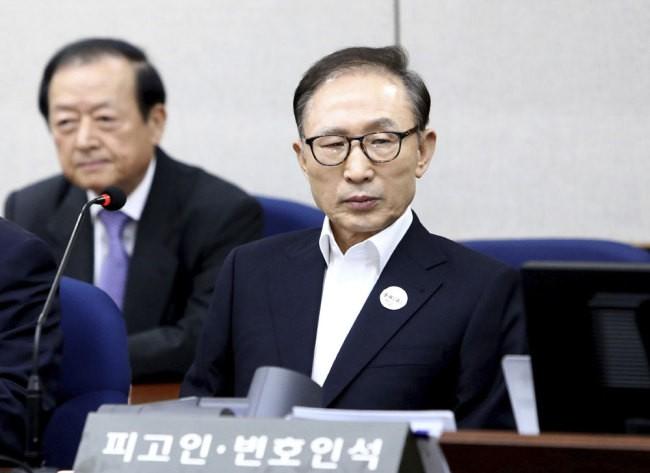 Cựu Tổng thống Hàn Quốc Lee Myung-bak trình diện tại tòa án Seoul
