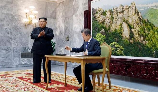Tổng thống Hàn Quốc Moon Jae-in và nhà lãnh đạo Triều Tiên Kim Jong-un tại cuộc gặp ngày 26-5