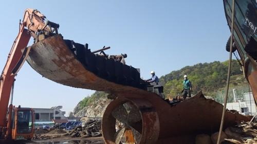 Cơ quan chức năng Hàn Quốc phá hủy tàu cá Trung Quốc đánh bắt trái phép