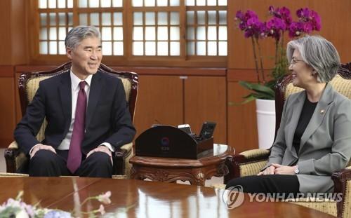 Ngoại trưởng Hàn Quốc Kang Kyung-wha (phải) có cuộc hội đàm với Đại sứ Mỹ tại Philippines Sung Kim tại văn phòng ở Seoul vào ngày 1-6-2018