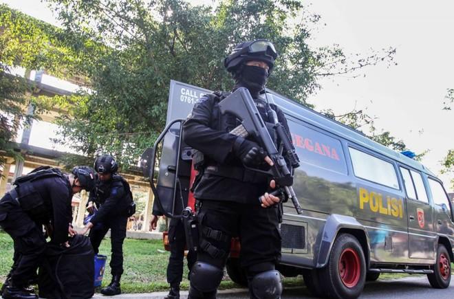Cảnh sát Indonesia trong chiến dịch đột kích tại trường đại học Riau