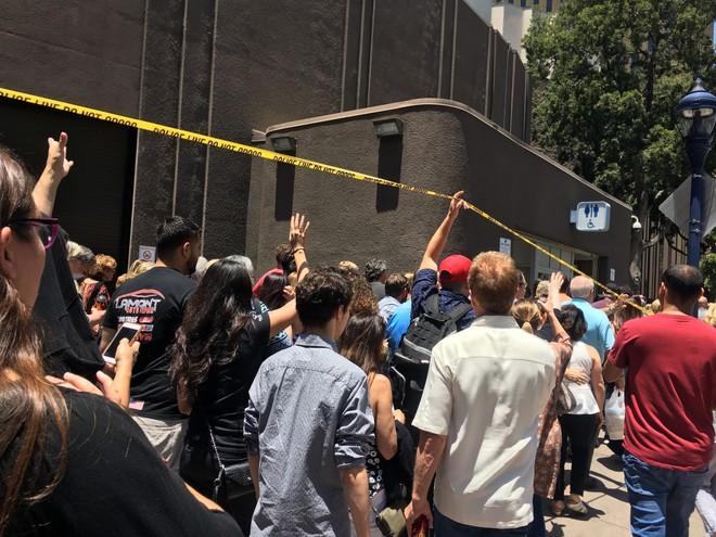 Người dân được sơ tán khỏi khu vực xảy ra vụ nổ súng