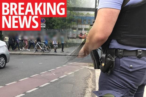 Rất nhiều cảnh sát được huy động tới trường tiểu học tại Gesundbrunnen