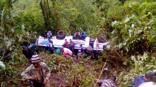 Chiếc xe lao xuống vực làm 30 người thương vong