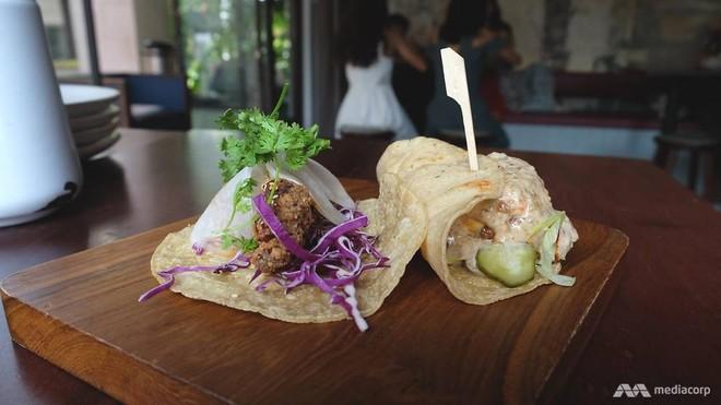 Tacos El Trumpo (bánh kẹp pho mai) và Rocket Man (gà rán Hàn Quốc)