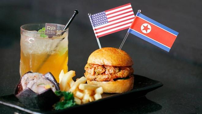 Bánh kẹp nhân thịt và trà đá Trump-Kim
