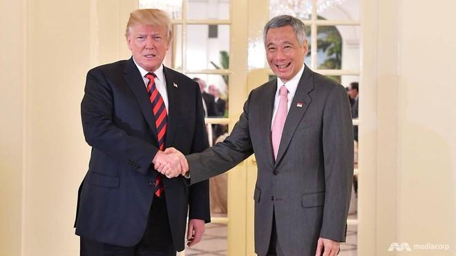 Tổng thống Mỹ và Thủ tướng Singapore bắt tay trước khi bước vào hội đàm