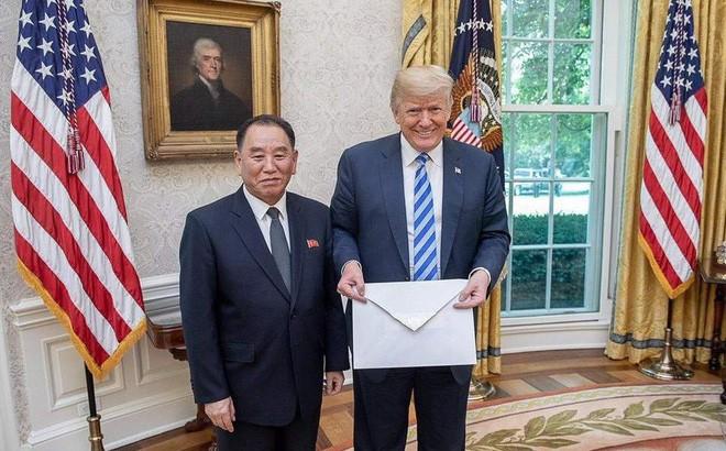 Lời mời nằm trong lá thư có kích thước quá khổ này