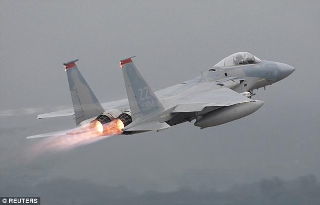 F-15 của không quân Mỹ trong một lần cất cánh tại Căn cứ Không quân Kadena