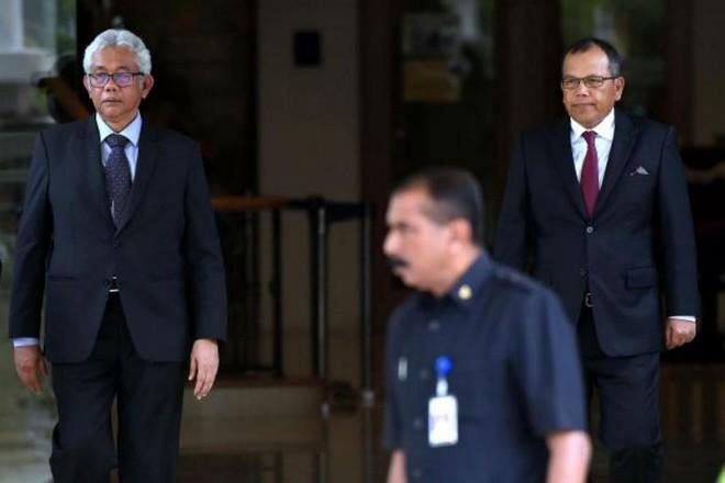 Chánh án Tòa án liên bang Malaysia Raus Sharif và Chánh án Tòa phúc thẩm Zulkefli Ahmad Makinudin (trái) đã từ chức