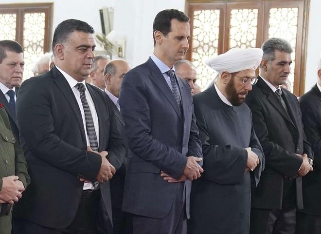 Tổng thống Syria Bashar al-Assad xuất hiện tại nhà thờ Hồi giáo Sayyida Khadija ở thành phố Tartus