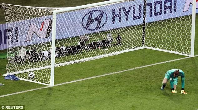 Pha bắt bóng hụt của thủ thành De Gea trong trận gặp Bồ Đào Nha