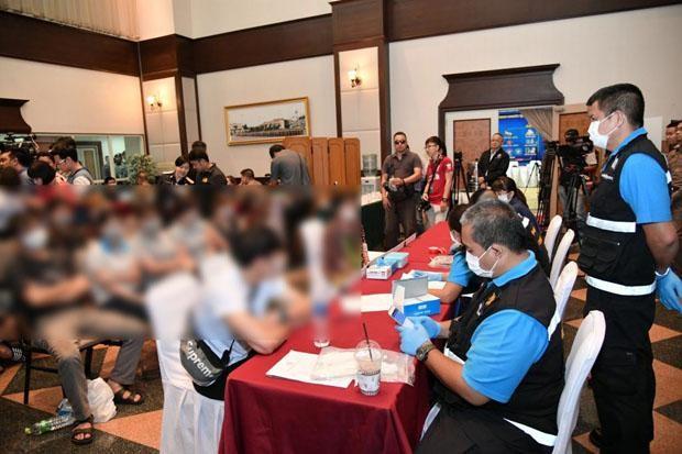 Cảnh sát Thái Lan làm thủ tục trục xuất băng nhóm móc túi người Việt