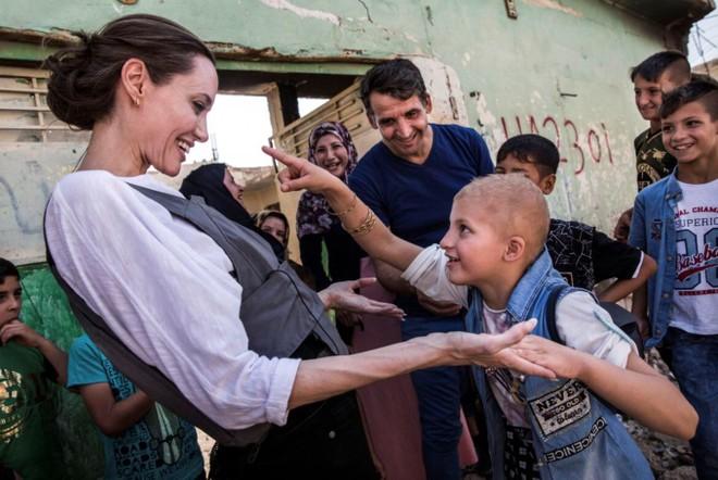 Angelina Jolie gặp bé Falak, 8 tuổi, trong chuyến thăm tại Tây Mosul, Iraq ngày 16-6-2018