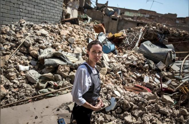 Angelina Jolie nhìn cảnh hoang tàn của thành phố cổ ở Tây Mosul, Iraq