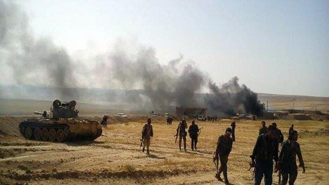 Các tay súng của Lực lượng Dân chủ Syria do Mỹ hậu thuẫn giành quyền kiểm soát thị trấn Dashisha ở vùng nông thôn phía nam Hasakah gần biên giới với Iraq, ngày 17-6