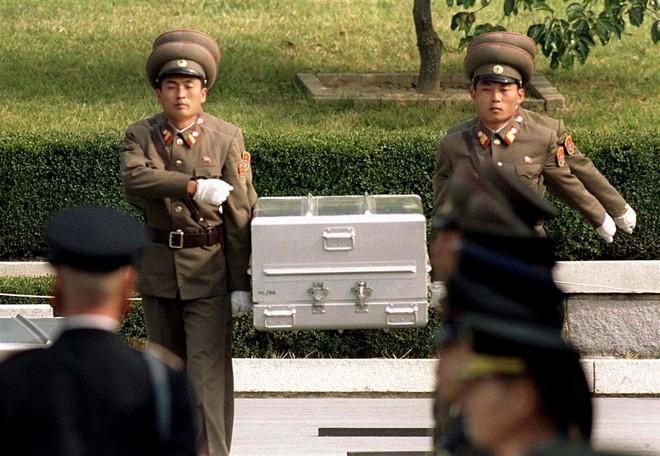 Binh lính Triều Tiên mang quan tài có hài cốt của lính Mỹ trong lễ trao trả tại làng đình chiến Panmunjom tháng 10-1998