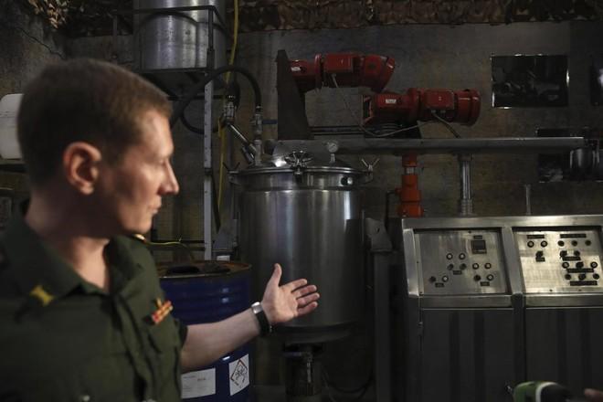 Một quan chức Nga giới thiệu phòng thí nghiệm được phiến quân sử dụng để sản xuất khí gas tại cuộc họp báo do Bộ Quốc phòng và Bộ Ngoại giao Nga tổ chức ngày 22-6-2018