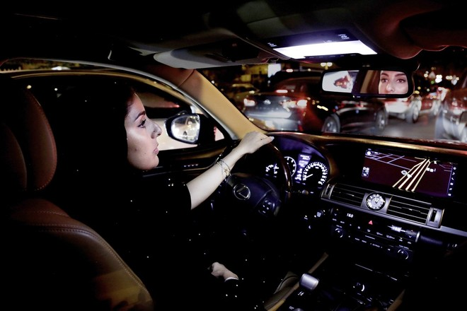Cô Hessah al-Ajaji lái xe xuống phố sau khi lệnh cấm bị dỡ bỏ