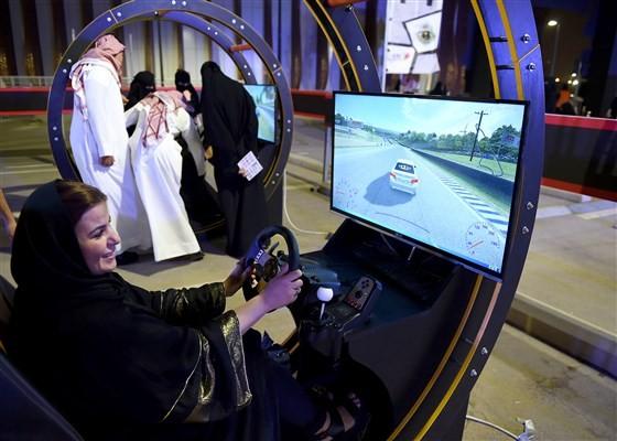 Một phụ nữ Palestine sống ở Saudi Arabia học lái xe qua mô phỏng điện tử trong một hội thảo lái xe dành cho phụ nữ ở thủ đô Riyadh 21-6-2018