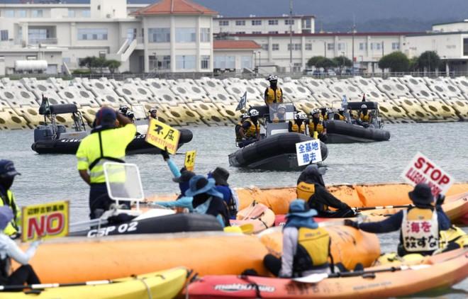 Những người biểu tình phải đối mặt với các tàu tuần tra của Cảnh sát biển Nhật Bản ngoài khơi vùng ven biển Henoko của thành phố Nago ở tỉnh Okinawa