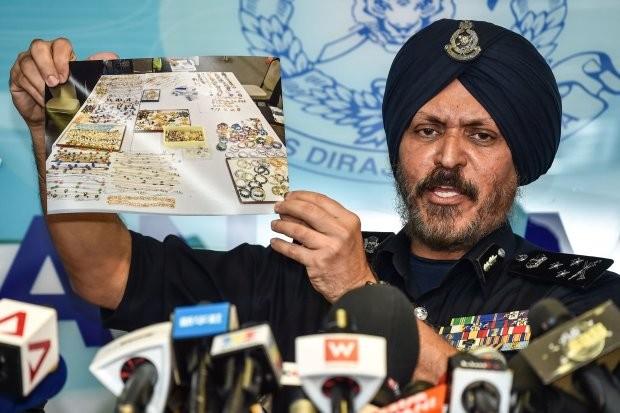Ông Amar Singh cho xem hình ảnh chụp số tang vật thu giữ